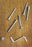 Schrauben für zusammenbauende Möbel und einfaches Werkzeug Stockfotografie