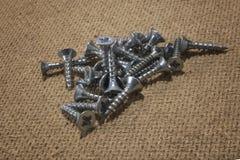 Schrauben am hölzernen Hintergrund Metallschrauben Stockfoto