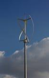 Schraubenartige Windkraftanlage mit Wolken Stockfotos