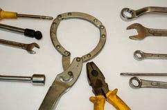 Schraubendreher, Schlüssel und Hammer auf weißem Hintergrund Lizenzfreies Stockfoto