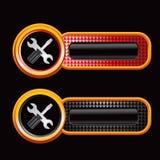 Schraubendreher und Schlüssel auf schwarzer und roter überprüfter Anzeige Stockbilder