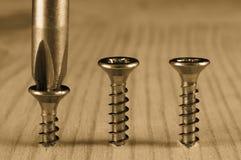 Schraubendreher und Schrauben Stockfoto