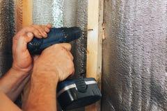 Schraubenzieher in den Händen des Mannes das Haus machend stockfotos