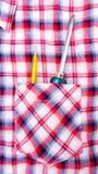 Schraubenzieher in der Hemdtasche Stockfoto