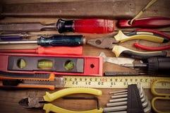 Schraubenzieher, Hammer, Maßband gesetzt auf den Bretterboden Lizenzfreie Stockbilder
