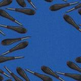 Schraubenzieher mit orange und schwarzem Plastik mit Gummigriff mit Schläger auf blauem Denimhintergrund Nahtloser Hintergrund mi vektor abbildung