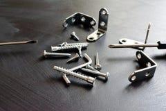 Schraubenzieher mit Schrauben und Ecken lizenzfreies stockfoto