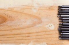 Schraubenzieher und hölzerner Hintergrund Stockfotos