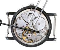 Schraubenzieher und Pinzette auf reparierter Uhr Lizenzfreies Stockfoto
