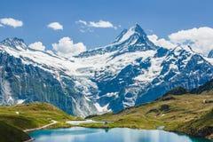 Schreckhorn über Bachsee, Alpen, die Schweiz Stockfotos