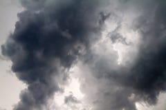 Schreckliche dunkle Wolken vor dem Gewitter Stockbild