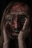 Schreckliche Theatermaske gekleidet in den Gläsern Stockbilder