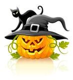 Schrecklicher Halloween-Kürbis im schwarzen Hut mit Katze Stockfotografie