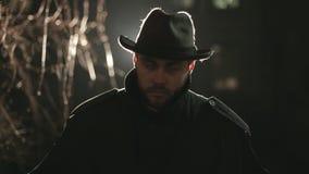 Schrecklicher Räuber nachts im Hut und im Mantel stock video