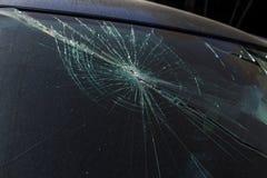 Schreckliches gefährliches Auto nach einem tödlichen Unfall Unterbrochene Frontscheibe stockfoto