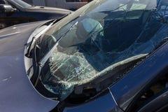 Schreckliches gefährliches Auto nach einem tödlichen Unfall Unterbrochene Frontscheibe lizenzfreie stockfotos