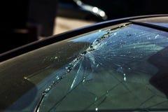 Schreckliches gefährliches Auto nach einem tödlichen Unfall Unterbrochene Frontscheibe stockbilder