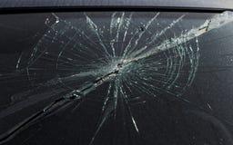 Schreckliches gefährliches Auto nach einem tödlichen Unfall Unterbrochene Frontscheibe lizenzfreies stockfoto