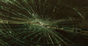 Schreckliches gefährliches Auto nach einem tödlichen Unfall Unterbrochene Frontscheibe lizenzfreie stockfotografie