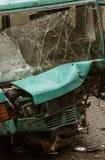 Schreckliches gefährliches Auto nach einem tödlichen Unfall Unterbrochene Frontscheibe stockfotografie