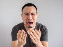 Schreeuw Aziatische mens in zwarte t-shirt stock afbeelding