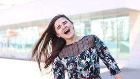 schreeuw De jonge vrouw laat uit een schreeuw van verschrikking Ondiepe Diepte van Gebied openlucht stock videobeelden