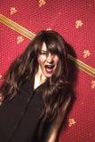 schreeuw Vrouw gillen wild en gek bij volledige energie die bekijken Stock Fotografie