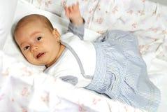 Schreeuwend babymeisje in haar voederbak royalty-vrije stock foto