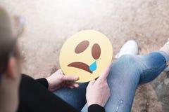 Schreeuwend document emoticon ter beschikking stock foto