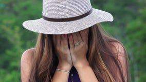 Schreeuwend Eenzaam en Gedeprimeerd Tienermeisje stock videobeelden