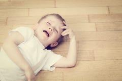 Schreeuwend kind in scheuren, spanning en depressie Stock Foto