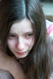 Schreeuwend meisje met scheuren Stock Fotografie