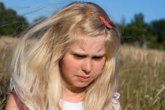 Schreeuwend meisje op weide stock afbeelding