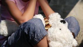 Schreeuwend Ongelukkig Kind met Droevig Geheugen, Verdwaald Dakloos Jong geitje op Verlaten Algemene Vergadering 4K stock footage