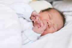 Schreeuwend pasgeboren babymeisje Stock Afbeeldingen