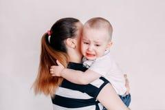 Schreeuwend peutermeisje die door haar moeder worden getroost royalty-vrije stock fotografie