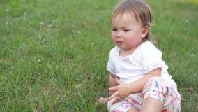 Schreeuwend weinig kind in een park, leuk meisje die droevig tijd doorbrengen openlucht op een warme de zomerdag stock footage