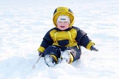 Schreeuwende baby in de winter in openlucht Royalty-vrije Stock Afbeeldingen
