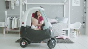 Schreeuwende baby die zonder de hulp van het mamma willen spelen stock videobeelden