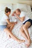Schreeuwende baby met ouders Stock Fotografie