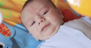 Schreeuwende babyjongen bij het schommelen van wieg stock footage