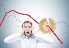 Schreeuwende blondeonderneemster, bitcoin crisis stock afbeeldingen