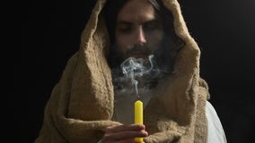 Schreeuwende Jesus in robe blazende kaars, die aan mensenzonden lijden, zoon van God stock video