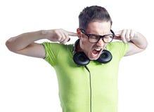 Schreeuwende jonge mens met hoofdtelefoons en zwarte glazen Stock Foto