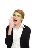 Schreeuwende mooie jonge vrouw in groene glazen. Royalty-vrije Stock Foto's