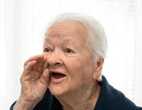 Schreeuwende oude vrouw stock fotografie