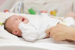 Schreeuwende pasgeboren baby stock afbeelding