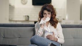 Schreeuwende vrouw die op TV letten bij woonkamer Portret van droevig vrouwen afvegend gezicht stock video