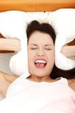 Schreeuwende vrouw wegens haar hoofdpijn. Royalty-vrije Stock Afbeeldingen