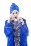 Schreeuwende vrouwelijke moslim in blauwe geïsoleerde kleding - Stock Afbeeldingen
